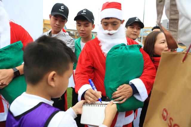 Thành Lương, Văn Quyết và dàn sao Hà Nội FC hóa Ông già Noel tặng quà ở sân Hàng Đẫy - Ảnh 5.