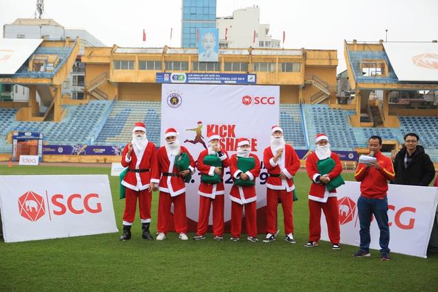 Thành Lương, Văn Quyết và dàn sao Hà Nội FC hóa Ông già Noel tặng quà ở sân Hàng Đẫy - Ảnh 2.