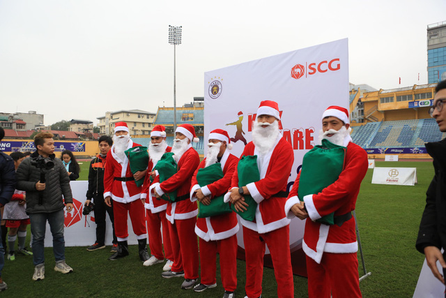 Thành Lương, Văn Quyết và dàn sao Hà Nội FC hóa Ông già Noel tặng quà ở sân Hàng Đẫy - Ảnh 3.
