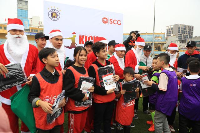 Thành Lương, Văn Quyết và dàn sao Hà Nội FC hóa Ông già Noel tặng quà ở sân Hàng Đẫy - Ảnh 6.