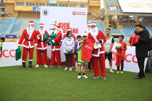 Thành Lương, Văn Quyết và dàn sao Hà Nội FC hóa Ông già Noel tặng quà ở sân Hàng Đẫy - Ảnh 7.