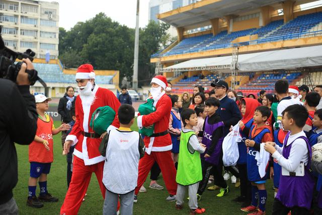 Thành Lương, Văn Quyết và dàn sao Hà Nội FC hóa Ông già Noel tặng quà ở sân Hàng Đẫy - Ảnh 1.