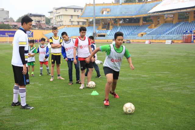Thành Lương, Văn Quyết và dàn sao Hà Nội FC hóa Ông già Noel tặng quà ở sân Hàng Đẫy - Ảnh 9.
