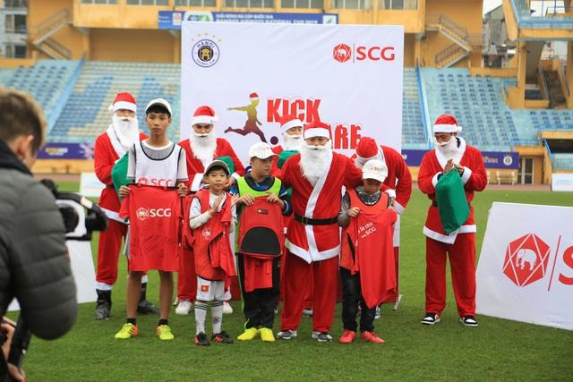 Thành Lương, Văn Quyết và dàn sao Hà Nội FC hóa Ông già Noel tặng quà ở sân Hàng Đẫy - Ảnh 8.