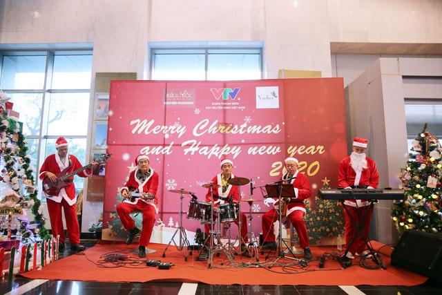 Rực rỡ sắc màu Giáng sinh tại Đài Truyền hình Việt Nam - Ảnh 5.