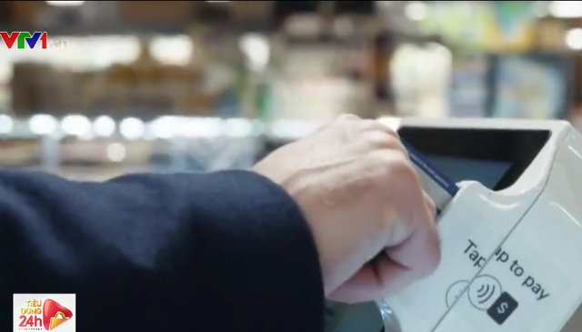 Xe đẩy thông minh cho phép quét mã hàng hóa để thanh toán - Ảnh 2.