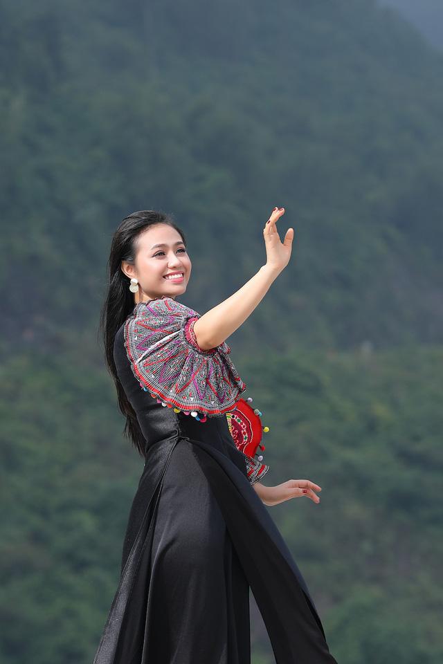 """Sao mai Lương Hải Yến suýt ngã vì trèo núi cao quay MV """"Bài ca trên núi"""" - Ảnh 11."""