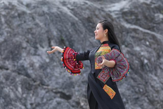 """Sao mai Lương Hải Yến suýt ngã vì trèo núi cao quay MV """"Bài ca trên núi"""" - Ảnh 12."""
