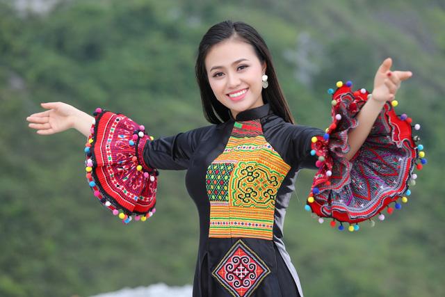 """Sao mai Lương Hải Yến suýt ngã vì trèo núi cao quay MV """"Bài ca trên núi"""" - Ảnh 1."""
