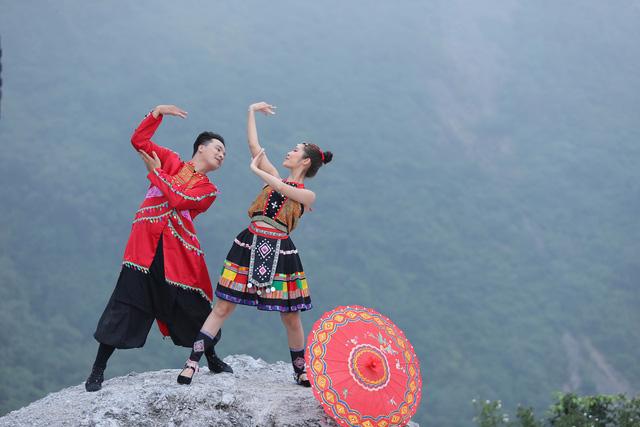 """Sao mai Lương Hải Yến suýt ngã vì trèo núi cao quay MV """"Bài ca trên núi"""" - Ảnh 6."""