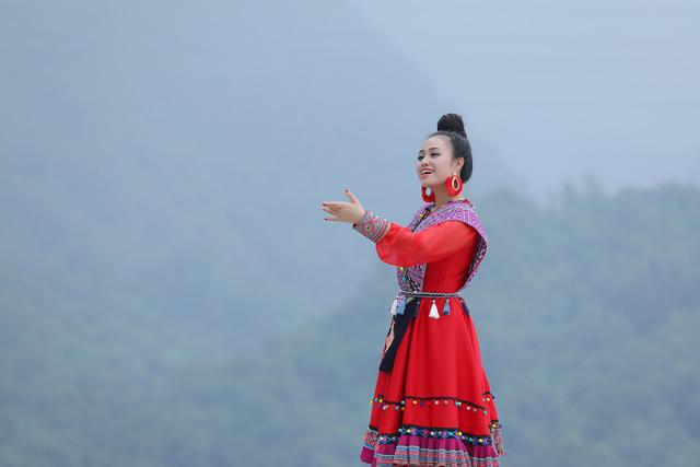 """Sao mai Lương Hải Yến suýt ngã vì trèo núi cao quay MV """"Bài ca trên núi"""" - Ảnh 8."""