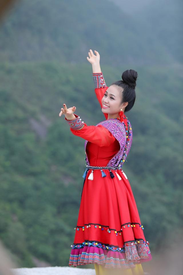 """Sao mai Lương Hải Yến suýt ngã vì trèo núi cao quay MV """"Bài ca trên núi"""" - Ảnh 4."""