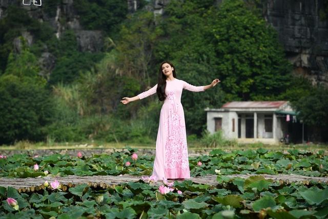 Phạm Phương Thảo diện áo dài hơn 10.000 USD quay phim ca nhạc Mong manh em - Ảnh 2.