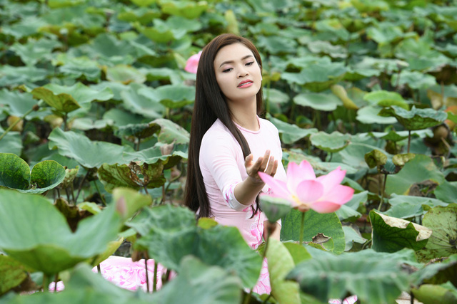 Phạm Phương Thảo diện áo dài hơn 10.000 USD quay phim ca nhạc Mong manh em - Ảnh 1.