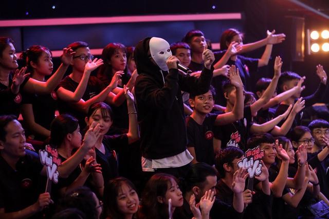 Hà Lê đeo mặt nạ đọc rap... khiến Việt Hương quỳ xuống sân khấu - Ảnh 1.