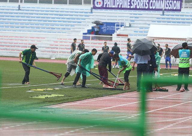 SEA Games 30: Mưa lớn, Ban tổ chức nỗ lực để trận đấu U22 Thái Lan - U22 Lào không bị hoãn! - Ảnh 11.