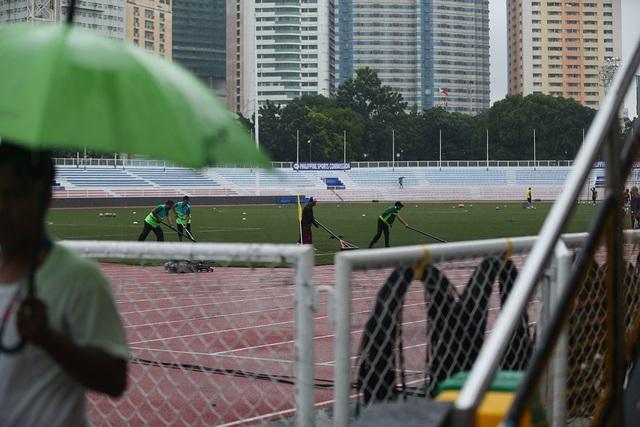SEA Games 30: Mưa lớn, Ban tổ chức nỗ lực để trận đấu U22 Thái Lan - U22 Lào không bị hoãn! - Ảnh 9.