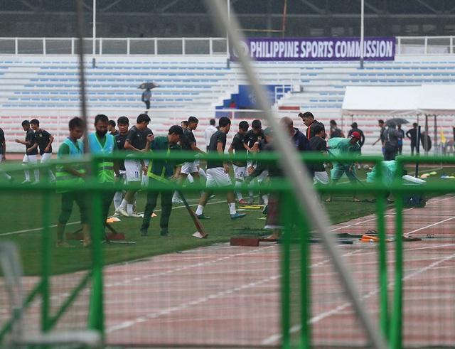 SEA Games 30: Mưa lớn, Ban tổ chức nỗ lực để trận đấu U22 Thái Lan - U22 Lào không bị hoãn! - Ảnh 6.