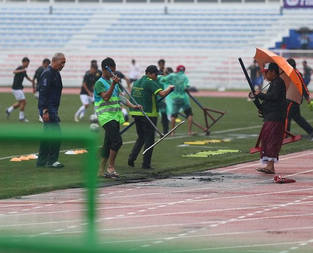 SEA Games 30: Mưa lớn, Ban tổ chức nỗ lực để trận đấu U22 Thái Lan - U22 Lào không bị hoãn! - Ảnh 5.
