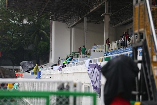 SEA Games 30: Mưa lớn, Ban tổ chức nỗ lực để trận đấu U22 Thái Lan - U22 Lào không bị hoãn! - Ảnh 4.