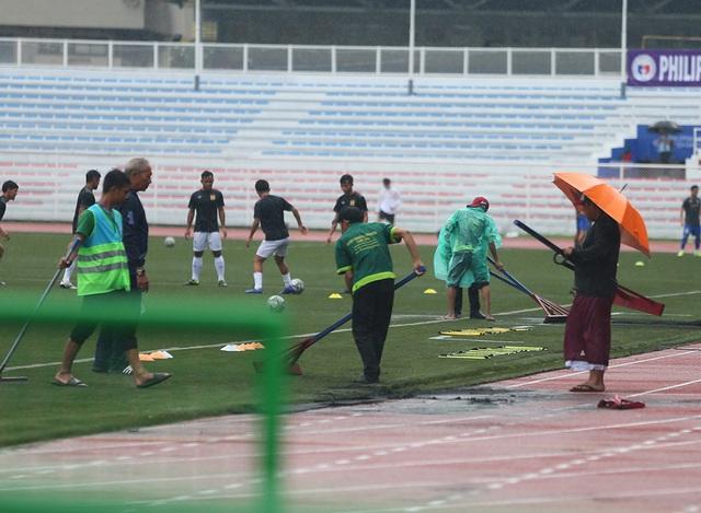 SEA Games 30: Mưa lớn, Ban tổ chức nỗ lực để trận đấu U22 Thái Lan - U22 Lào không bị hoãn! - Ảnh 3.