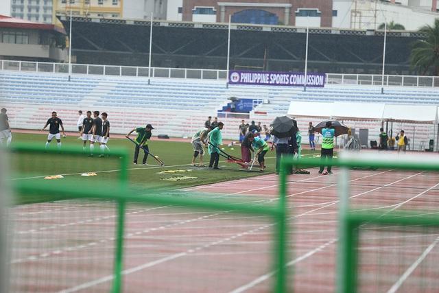 SEA Games 30: Mưa lớn, Ban tổ chức nỗ lực để trận đấu U22 Thái Lan - U22 Lào không bị hoãn! - Ảnh 2.