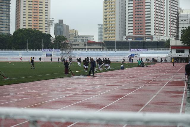 SEA Games 30: Mưa lớn, Ban tổ chức nỗ lực để trận đấu U22 Thái Lan - U22 Lào không bị hoãn! - Ảnh 1.