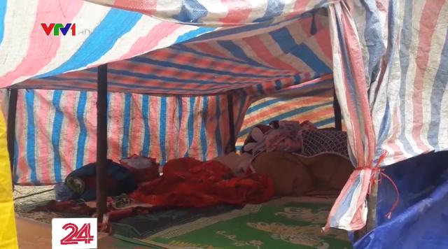 Người dân Cao Bằng dựng lều ngoài đồng vì lo sợ động đất - Ảnh 1.