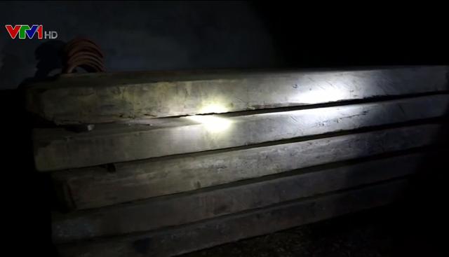 Phát hiện vụ vận chuyển pháo và gỗ lậu - Ảnh 2.
