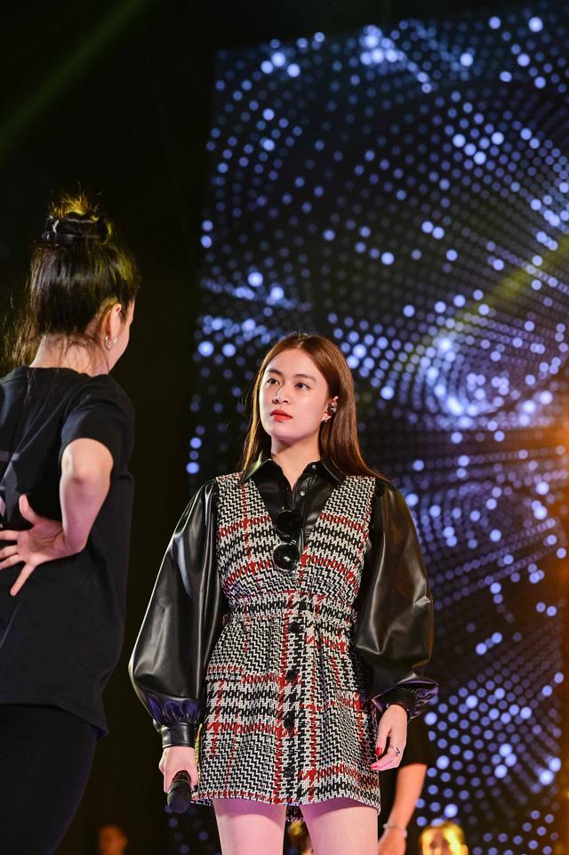 Hoàng Thùy Linh, Ali Hoàng Dương hăng say tập tổng duyệt Bán kết Hoa hậu Hoàn vũ 2019 - Ảnh 2.