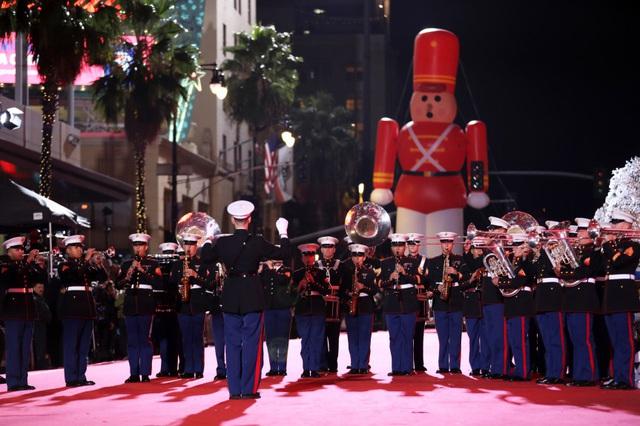 Khởi động mùa Giáng sinh trên Đại lộ danh vọng, Mỹ - Ảnh 2.