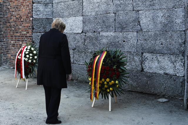Thủ tướng Đức lần đầu thăm trại tập trung ở Ba Lan - Ảnh 2.