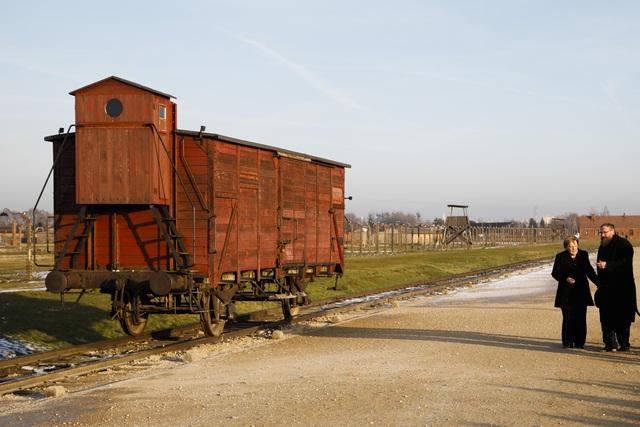 Thủ tướng Đức lần đầu thăm trại tập trung ở Ba Lan - Ảnh 5.