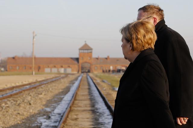 Thủ tướng Đức lần đầu thăm trại tập trung ở Ba Lan - Ảnh 6.