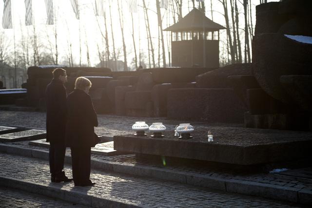 Thủ tướng Đức lần đầu thăm trại tập trung ở Ba Lan - Ảnh 7.