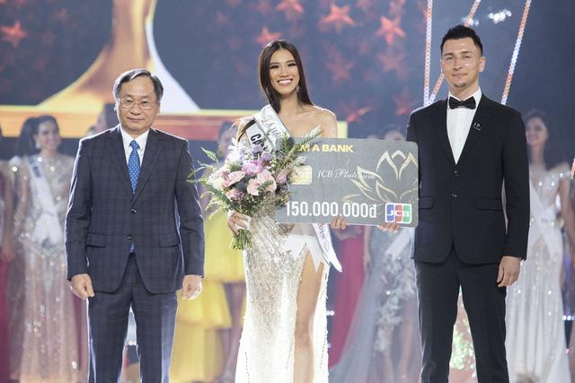 Khoảnh khắc HHen Niê trao lại vương miện cho tân Hoa hậu Hoàn vũ Nguyễn Trần Khánh Vân - Ảnh 8.