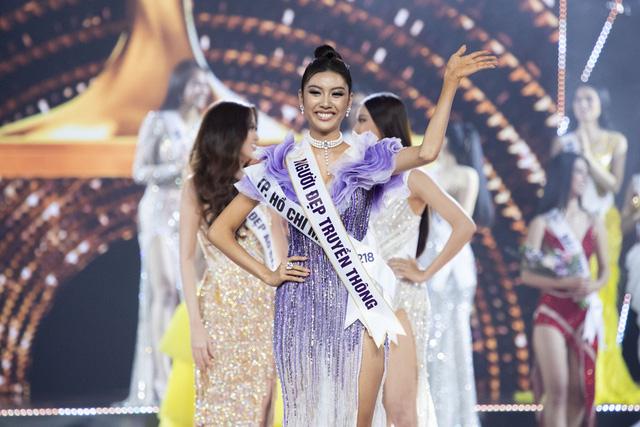 Khoảnh khắc HHen Niê trao lại vương miện cho tân Hoa hậu Hoàn vũ Nguyễn Trần Khánh Vân - Ảnh 7.