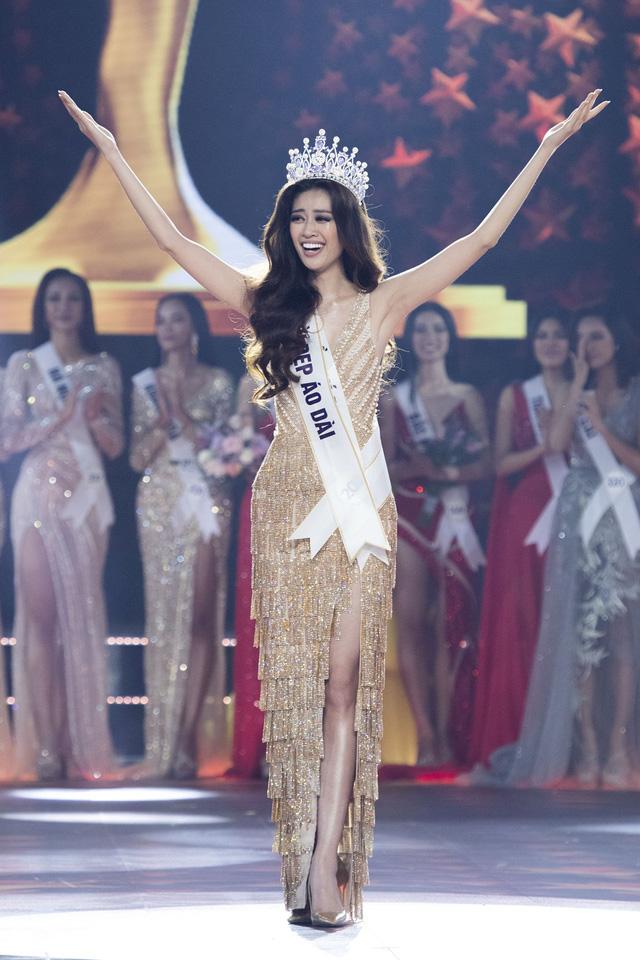 Khoảnh khắc HHen Niê trao lại vương miện cho tân Hoa hậu Hoàn vũ Nguyễn Trần Khánh Vân - Ảnh 4.