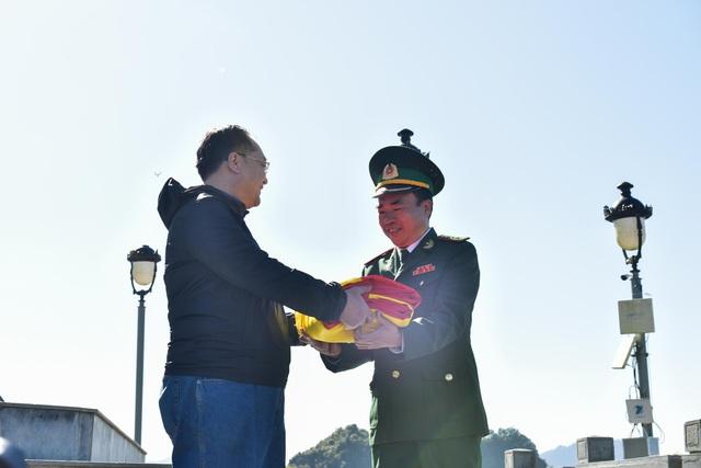 Tự hào lá cờ Việt Nam trên hành trình chinh phục miền biên ải - Ảnh 2.