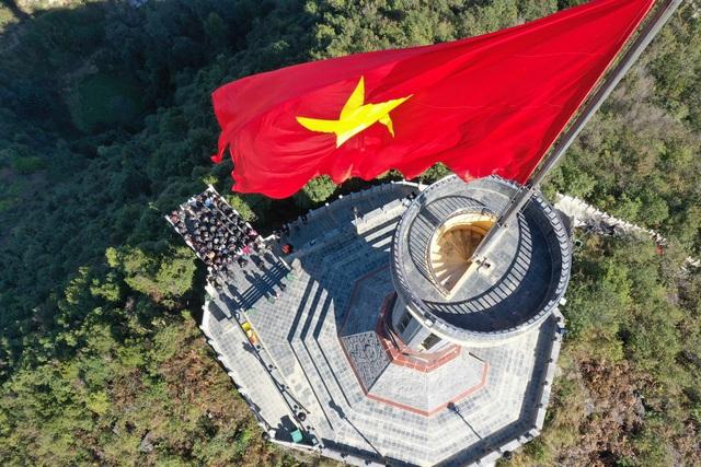 Tự hào lá cờ Việt Nam trên hành trình chinh phục miền biên ải - Ảnh 1.
