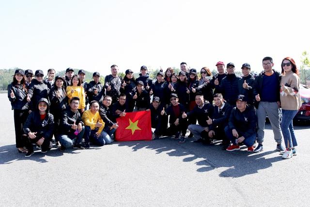 Tự hào lá cờ Việt Nam trên hành trình chinh phục miền biên ải - Ảnh 8.