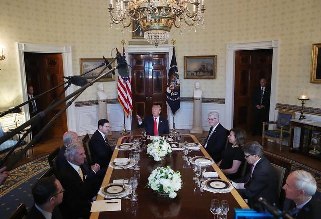Một ngày làm việc của Tổng thống Trump: Ngủ 3-4 tiếng/đêm, thường không ăn sáng - Ảnh 8.