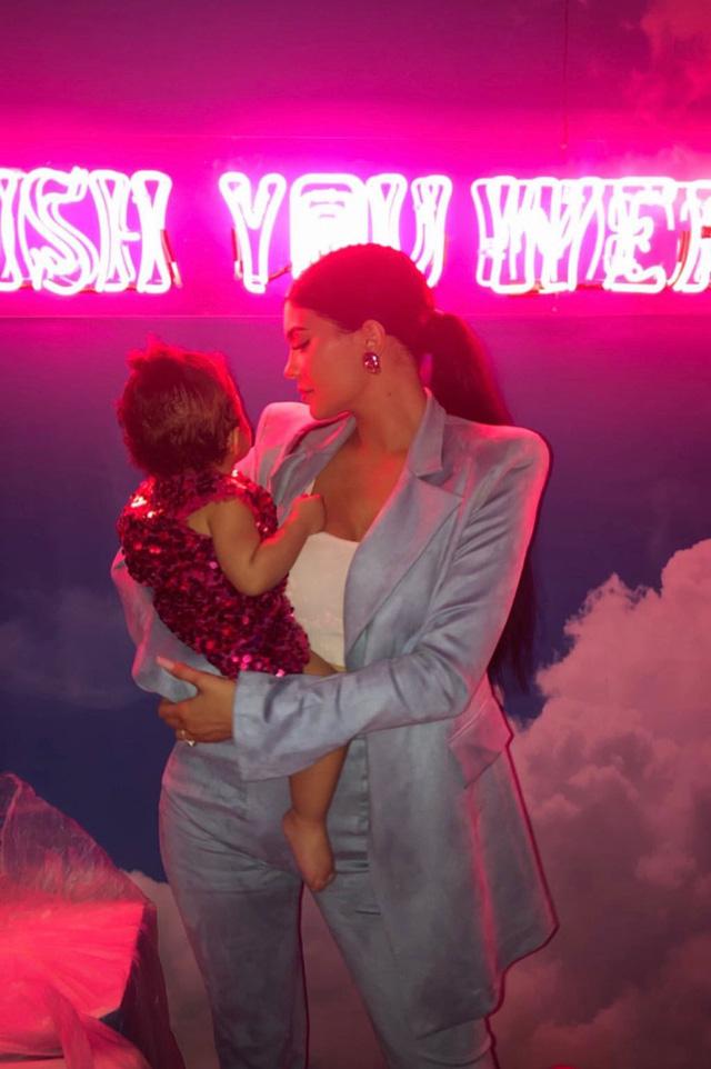 Kylie Jenner tổ chức tiệc hoành tráng mừng sinh nhật con gái - Ảnh 7.