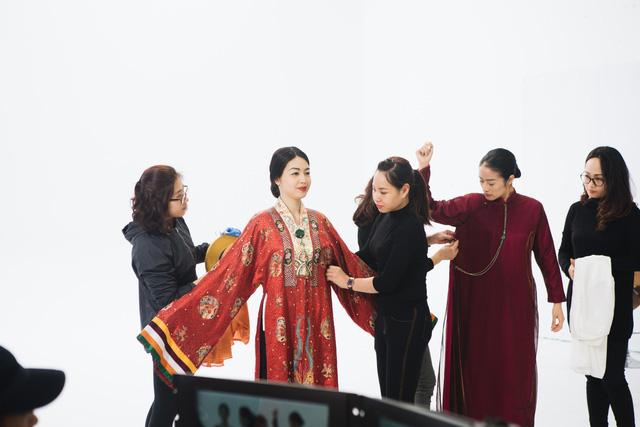 MC Phí Linh, Hồng Nhung diện các mẫu áo dài trong 100 năm qua - Ảnh 1.