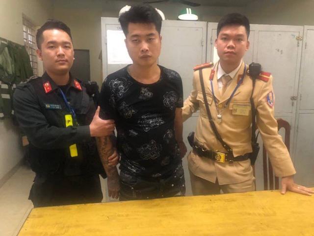 Hà Nội: CSGT bắt giữ đối tượng xăm trổ tàng trữ ma túy - Ảnh 1.