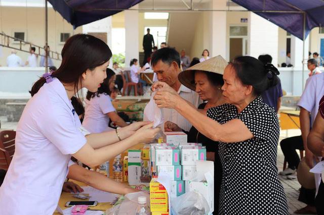 Hà Tĩnh: Hơn 500 người dân được khám sức khỏe, cấp thuốc miễn phí - Ảnh 1.