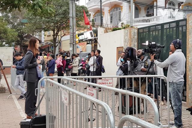 Ảnh: Người dân Việt Nam và phóng viên quốc tế chờ đón Tổng thống Mỹ Donald Trump - Ảnh 12.