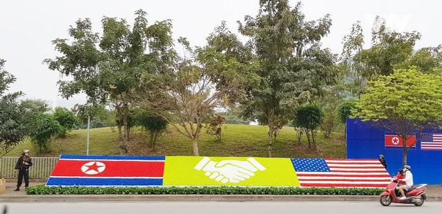Ảnh: Người dân Việt Nam và phóng viên quốc tế chờ đón Tổng thống Mỹ Donald Trump - Ảnh 9.