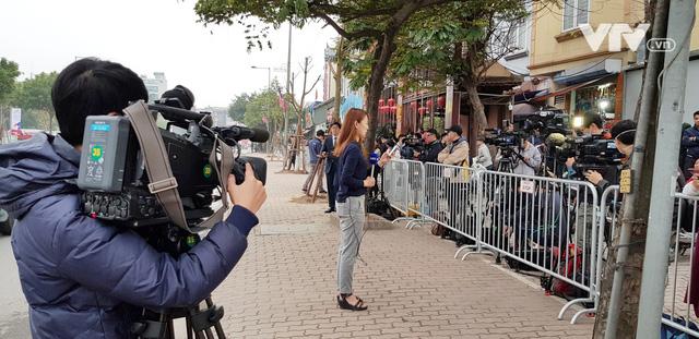 Ảnh: Người dân Việt Nam và phóng viên quốc tế chờ đón Tổng thống Mỹ Donald Trump - Ảnh 18.