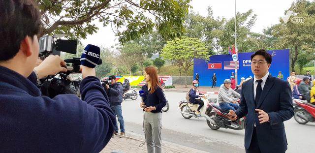 Ảnh: Người dân Việt Nam và phóng viên quốc tế chờ đón Tổng thống Mỹ Donald Trump - Ảnh 13.